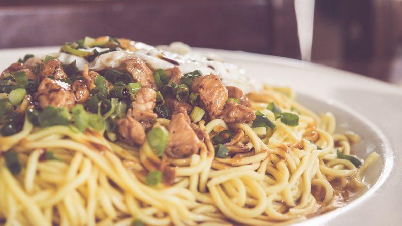 tallarines de pollo y cebollas chinas