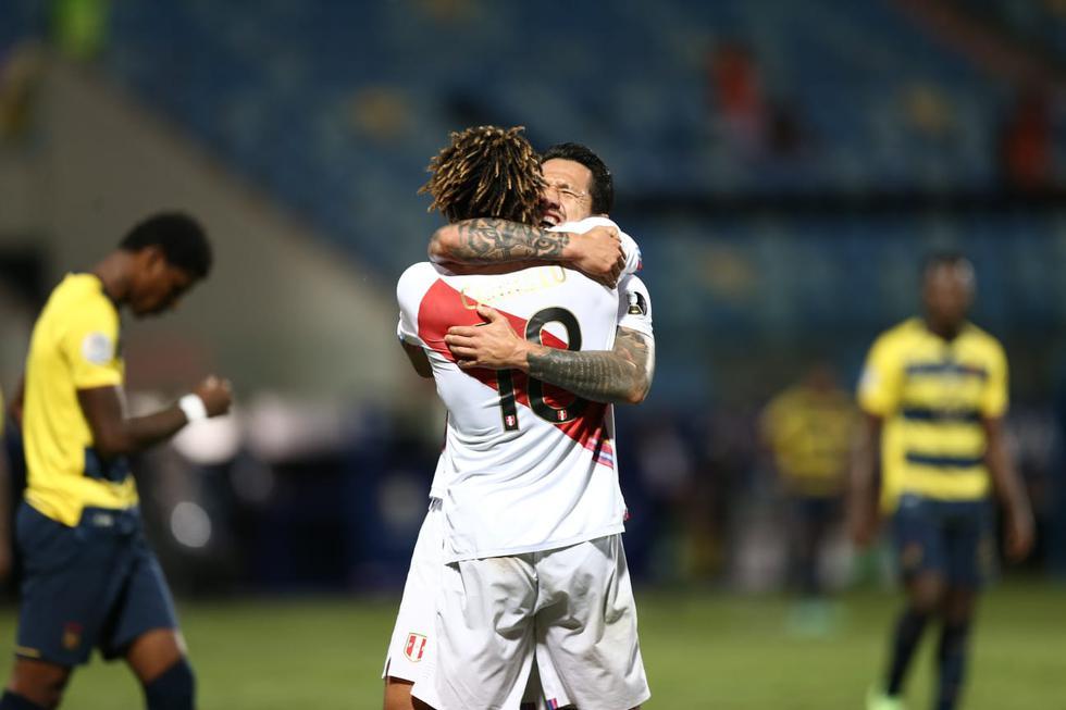 Carrillo y Lapadula celebran el empate ante Ecuador, ambos fueron los autores de los tantos.(Jesús Saucedo/GEC)