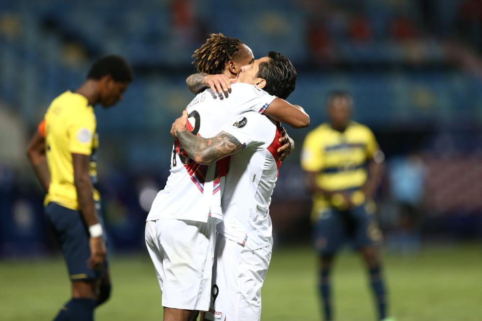 Gianluca Lapadula y André Carrillo se unen en un abrazo tras darle esperanza a Perú e imponer el empate de 2-2 ante Ecuador. (Jesús Saucedo/GEC)